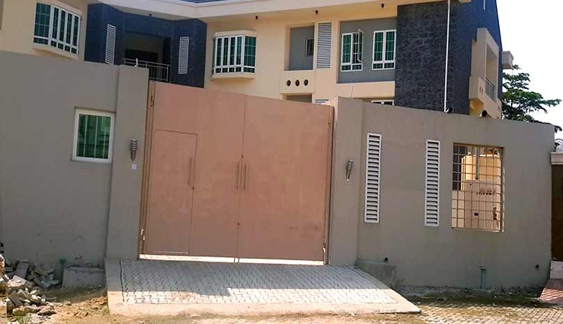 Six numbers 3 bedroom flat with one room BQ